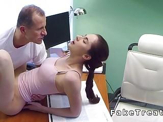 Paciente follando con su doctor en la camilla