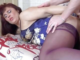 Joven se folla a esta mama madura por el culo