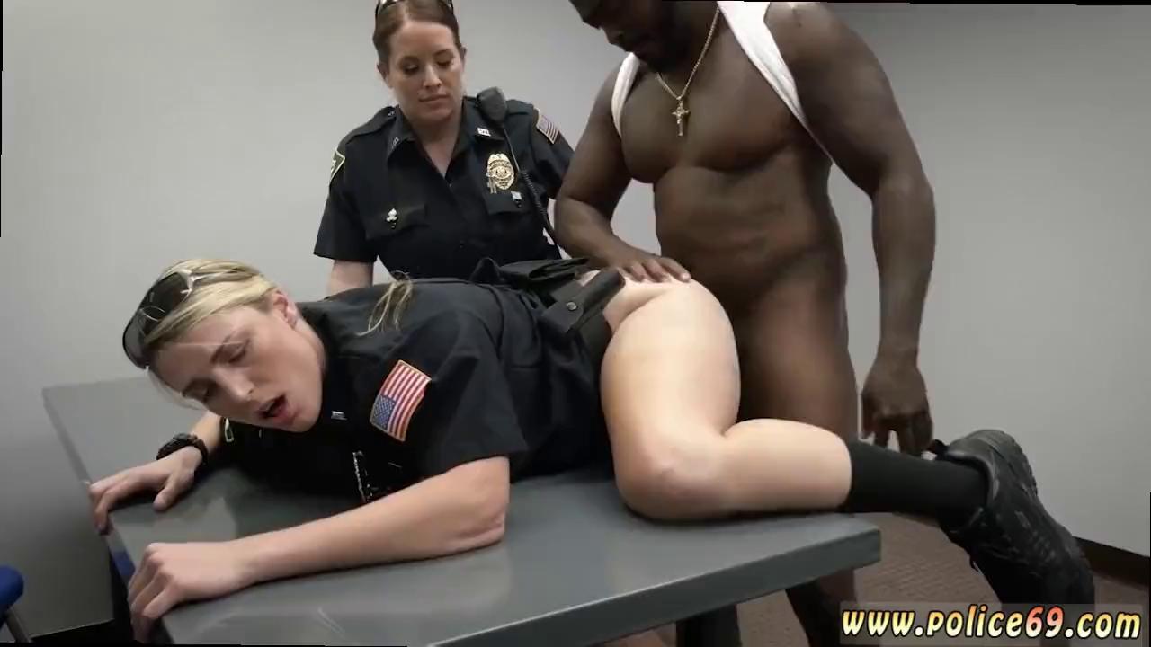 Negro y dos viejas porno Negro Se Coge A Dos Mujeres Policia Muy Cachondas Holaporno Xxx